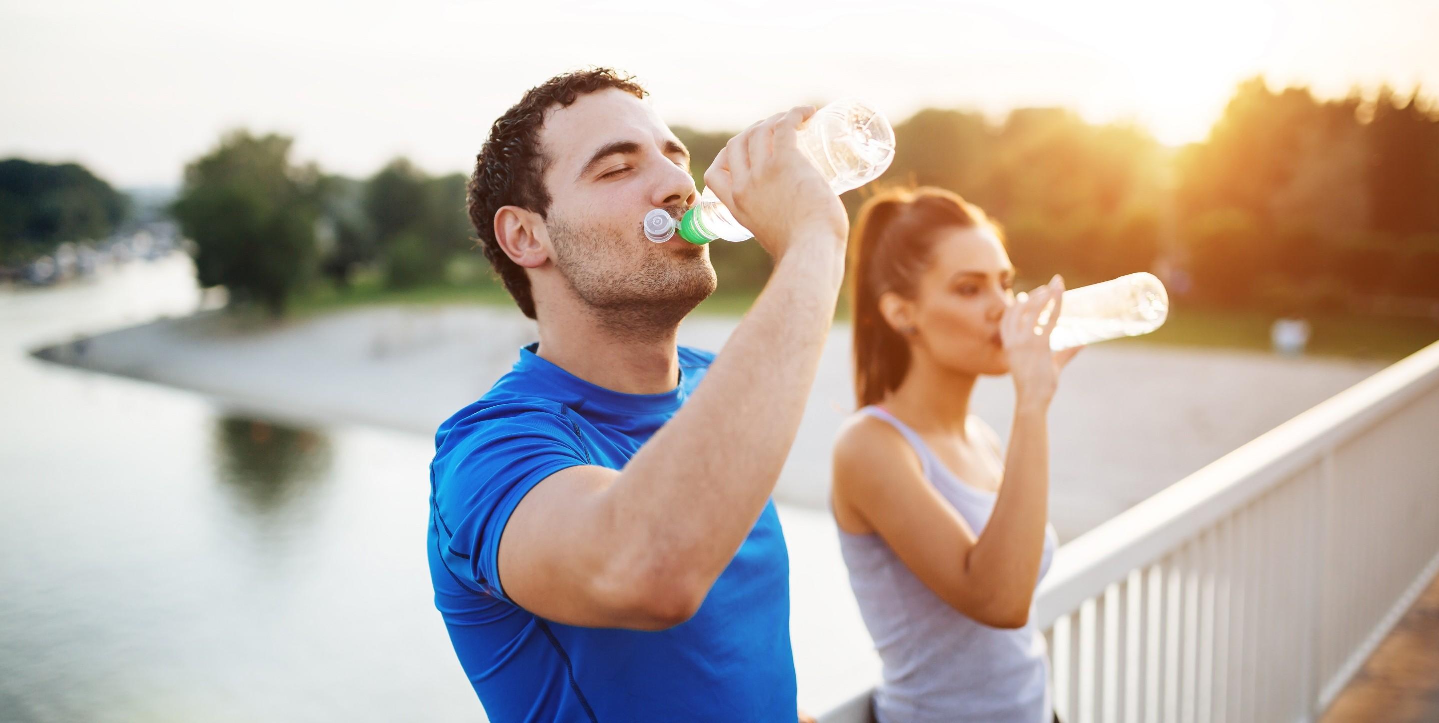 يقلل من آلام المفاصل.. أهمية وفوائد شرب الماء